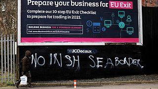 Frase pintada num mural em Belfast rejeita a colocação de uma fronteira no mar da Irlanda