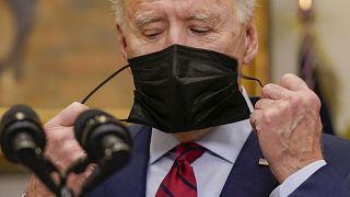 Joe Biden retire son masque, le 27 février 2021, à la Maison blanche, Washington USA