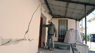 Un hombre revisa una casa tras un terremoto en el pueblo de Damasi, en el centro de Grecia, el  3 de marzo de 2021.
