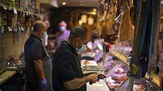 Piezas de jamón español en un mercado de Madrid