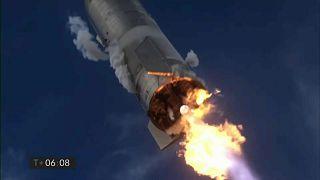 SpaceX espera realizar un vuelo con tripulación alrededor de la Luna en 2023 y progresivamente avanzar hasta poder llevar humanos a la Luna y Marte.