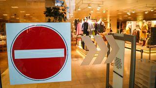 Két hétig zárva lesznek az üzletek Magyarországon