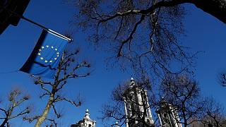 علم الاتحاد الأوروبي خارج مقر مكتب الاتحاد الأوروبي الرسمي لدى المملكة المتحدة في لندن.
