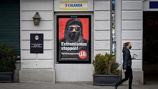 Plakat für die Inititiative zum Verhüllungsverbot in Zürich in der Schweiz