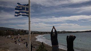 Φωτό αρχείου - Πολίτες γυμνάζονται σε παραλία της Αττικής