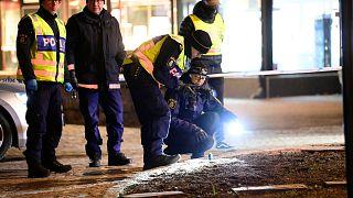 تنتشر الشرطة في المنطقة بعد تعرض عدة أشخاص للهجوم في فيتلاندا، السويد، الأربعاء 3 آذار / مارس 2021