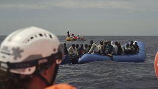 مهاجرون على متن قارب مطاطي ينتظرون إنقاذهم على بعد 14 ميلًا بحريًا من الساحل الليبي في البحر الأبيض المتوسط.
