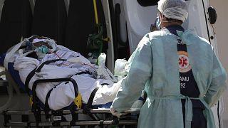Un patient suspecté d'être atteint du Covid-19 reçu dans un hôpital de Brasilia, le 3 mars 2021.
