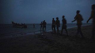 مهاجران اتیوپیایی در حال سوار شدن به قایق در ساحل جیبوتی (عکس تزئینی است و مربوط به خبر نیست)