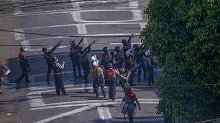 Myanmar'ın Yangon kentinde darbe karşıtı göstericilere müdahale eden güvenlik güçleri