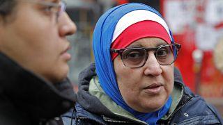 صورة من الارشيف - سيدة  محجبة بالوان العلم الفرنسي، الأزرق والأبيض والأحمر، خلال مسيرة في باريس احتجاجاً على الإسلاموفوبيا.