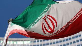 Viyana'daki Uluslararası Atom Enerjisi Ajansı binası önünde dalgalanan İran bayrağı