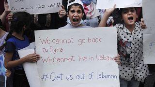 لاجئون سوريون  أطفال أمام مقر المفوضية السامية للأمم المتحدة لشؤون اللاجئين  يطالبون بإخراجهم من لبنان بسبب سوء المعيشة