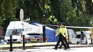 دورية للشرطة خارج فوربيري جاردنز، بعد يوم من هجوم طعن في الحدائق في ريدينغ، إنكلترا،  21 يونيو، 2020.