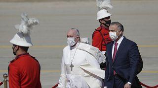 مصطفى الكاظمي مستقبلاً البابا فرنسيس في مطار بغداد الدولي