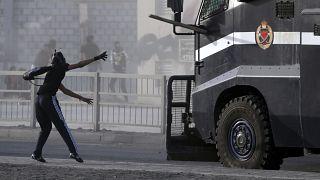 متظاهر بحريني يرمي سيارة للشرطة بقطعة لوح. 2013/03/15