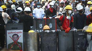 متظاهرون في مواجهة الشرطة في العاصمة يانغون