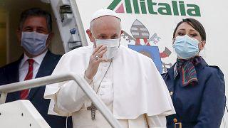Il papa sull'aereo che lo porta in Iraq