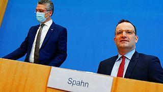 Lothar Wieler, links, Präsident des Robert Koch-Instituts (RKI), und Bundesgesundheitsminister Jens Spahn, rechts, bei einer Pressekonferenz in Berlin