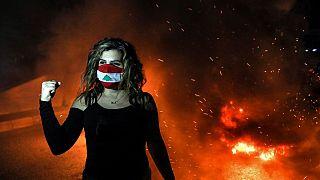شاهد: لبنانيون غاضبون يحرقون الإطارات ويغلقون الشوارع احتجاجاً على الفقر المدقع