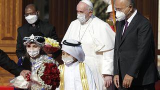 Le pape accueilli par le président irakien Barham Saleh au palais présidentiel à Bagdad le 5 mars 2021.