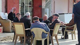 Jubilados en un bar de Tellesquf (Irak)