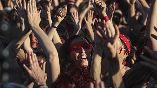"""Mujeres interpretan """"Un violador en tu camino"""" , en una manifestación contra la violencia de género, frente al estadio Nacional en Santiago de Chile, el 4 de diciembre de 2019"""