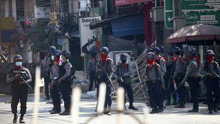 Polícia anti-motim nas ruas de Rangum