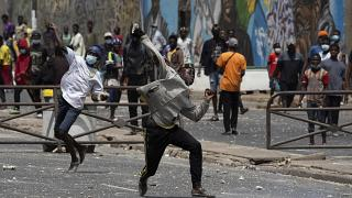 Des jeunes lancent des projectiles contre les forces de l'ordre à Dakar