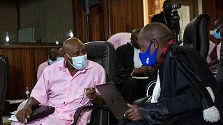 """Hotel Ruanda"""" filminin esin kaynağı Paul Rusesabagina (pembe kıyafetli), avukatıyla konuşurken"""