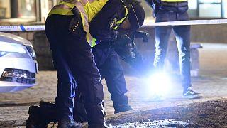 يعمل محققو الشرطة في مكان الحادث