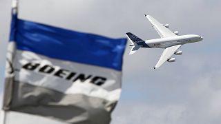 Аэробус  A380 и флаг «Боинга».