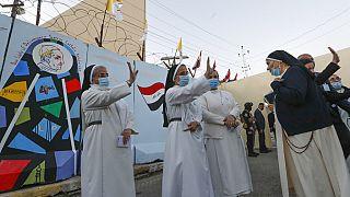 Nonnen im Irak winken Papst Franziskus zu