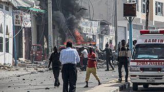 صورة أرشيفية لموقع هجوم بسيارة مفخخة وقع بالقرب من نقطة تفتيش أمنية في مقديشو  في 13 فبراير 2021