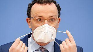 Jens Spahn mit FFP2-Maske - wegen Selbsttests unter Druck