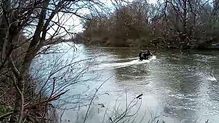 Meriç Nehri üzerinden Yunanistan'a geçmek isteyen bir sığınmacı botu.