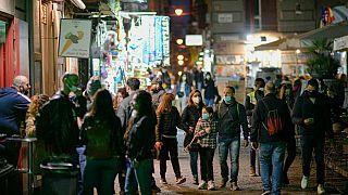 Gente en la calle en Nápoles, cuya región, Campania, quedará el lunes confinada