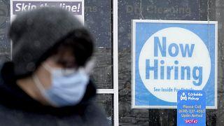 Una persona pasa por delante de una oferta de empleo en Illinois, EE.UU.