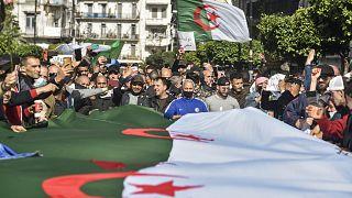 جزائريون يرفعون الأعلام خلال مظاهرة  في العاصمة الجزائر. 2021/03/05