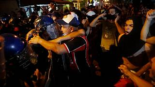 Cara a cara entre policías y manifestantes en Asunción, Paraguay