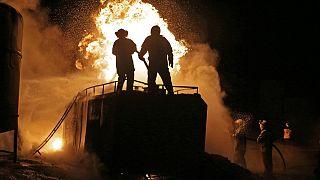 الدفاع المدني السوري من القبعات البيضاء يطفئون النيران المندلعة جراء القصف في مصفاة نفطية قرب مدينة الباب شمال حلب. 021/03/05