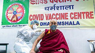 Εμβολιάστηκε ο Δαλάι Λάμα