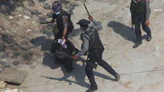 Des policiers arrêtent un manifestant en périphérie de Rangoon le 6 mars 2021.