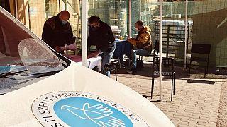 Regisztráció egy kórházi oltópont bejáratánál Budapesten szombaton, a déli órákban