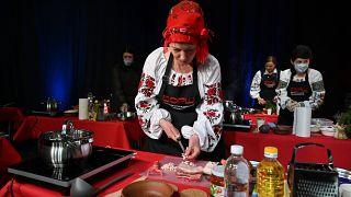المشاركون يطبخون حساء البورش التقليدي  في كييف -  5  آذار / مارس 2021
