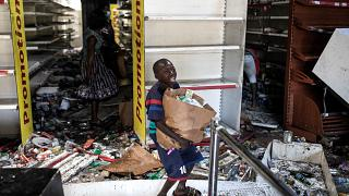 متجر أوشان المحترق والمنهوب في منطقة الماديس في داكار - السنغال 6 آذار/  مارس 2021