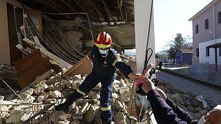 Πυροσβέστες ερευνούν σπίτια με ζημιές στη Θεσσαλία