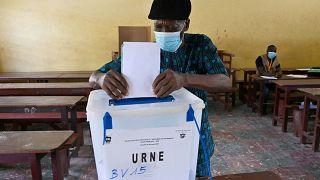 مركز اقتراع في ضاحية يوبوغون الشعبية في أبيدجان، الانتخابات التشريعية لساحل العاج، 6  مارس 2021.