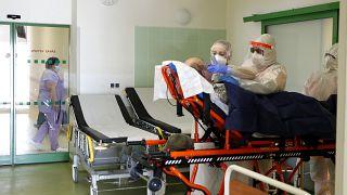 مستشفى يستقبل المصابين بكورونا