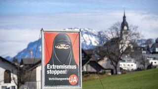 ملصق يدعم مبادرة `` نعم لحظر تغطية الوجه '' في قرية بوخس ، سويسرا ، يوم الثلاثاء 16 فبراير 2021.